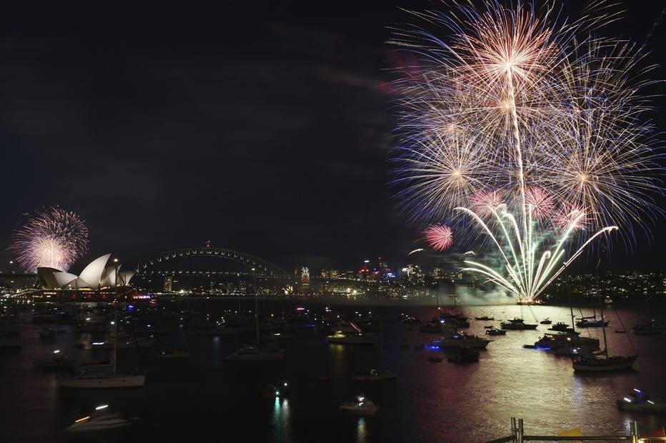 SYD04 SÍDNEY (AUSTRALIA) 31/12/2015.- Espectáculo de fuegos artificiales de Nochevieja en el puerto de Sídney (Australia) hoy, 31 de diciembre de 2015. EFE/Mick Tsikas PROHIBIDO SU USO EN AUSTRALIA Y NUEVA ZELANDA