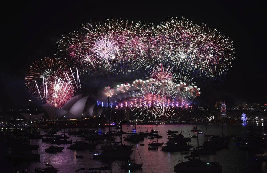 SYD01 SÍDNEY (AUSTRALIA) 31/12/2015.- Espectáculo de fuegos artificiales de Nochevieja en el puerto de Sídney (Australia) hoy, 31 de diciembre de 2015. EFE/Mick Tsikas PROHIBIDO SU USO EN AUSTRALIA Y NUEVA ZELANDA