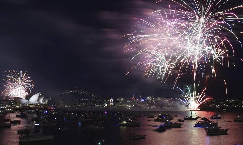 SYD02 SÍDNEY (AUSTRALIA) 31/12/2015.- Espectáculo de fuegos artificiales de Nochevieja en el puerto de Sídney (Australia) hoy, 31 de diciembre de 2015. EFE/Mick Tsikas PROHIBIDO SU USO EN AUSTRALIA Y NUEVA ZELANDA