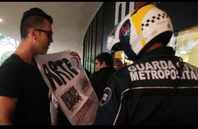 Manifestantes protestam em frente ao MAM contra performance com homem nu