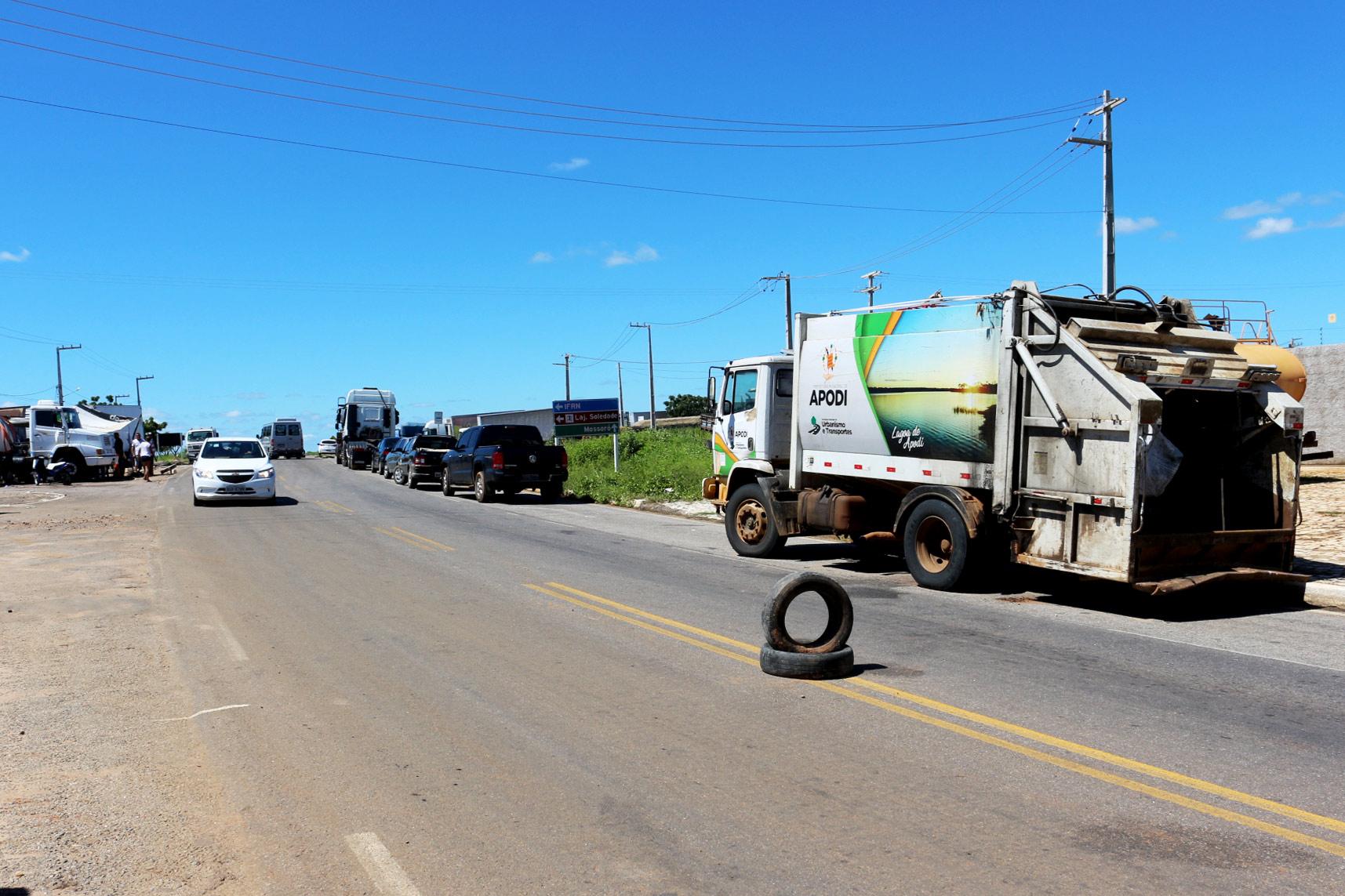 Bloqueio dos caminhoneiros impede que lixo de Apodi seja despejado no lixão