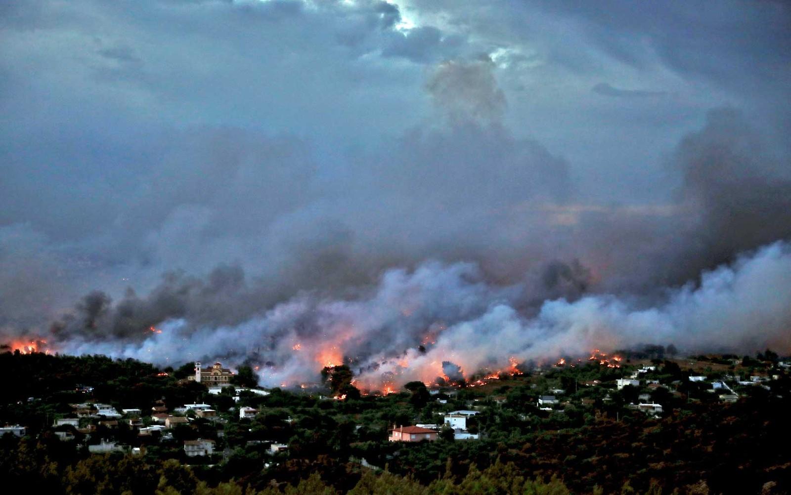 Grécia: incêndio mata mais de 60 e força fuga para o mar 1