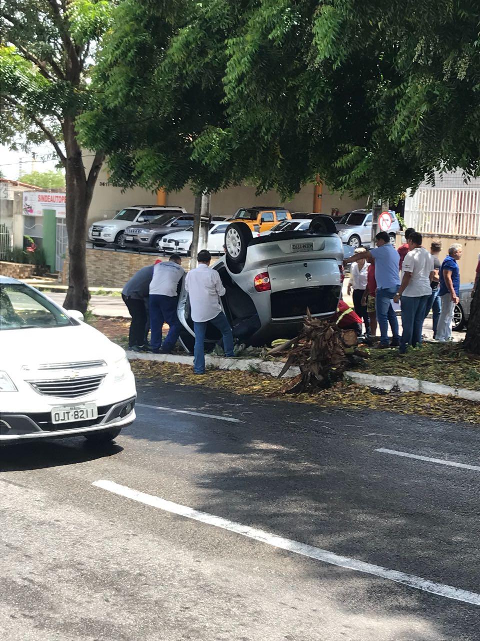 FOTO: Capotamento é registrado na Alexandrino de Alencar na manhã desta terça