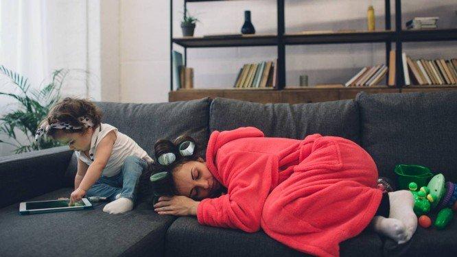 Pais dormem mal por seis anos após terem filhos, aponta pesquisa