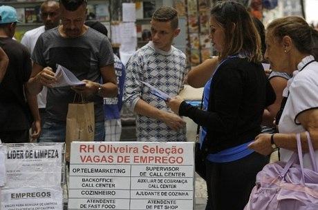 Desemprego vai a 12,7% e atinge 13,4 milhões; queda em comparação com o 1º trimestre do ano passado
