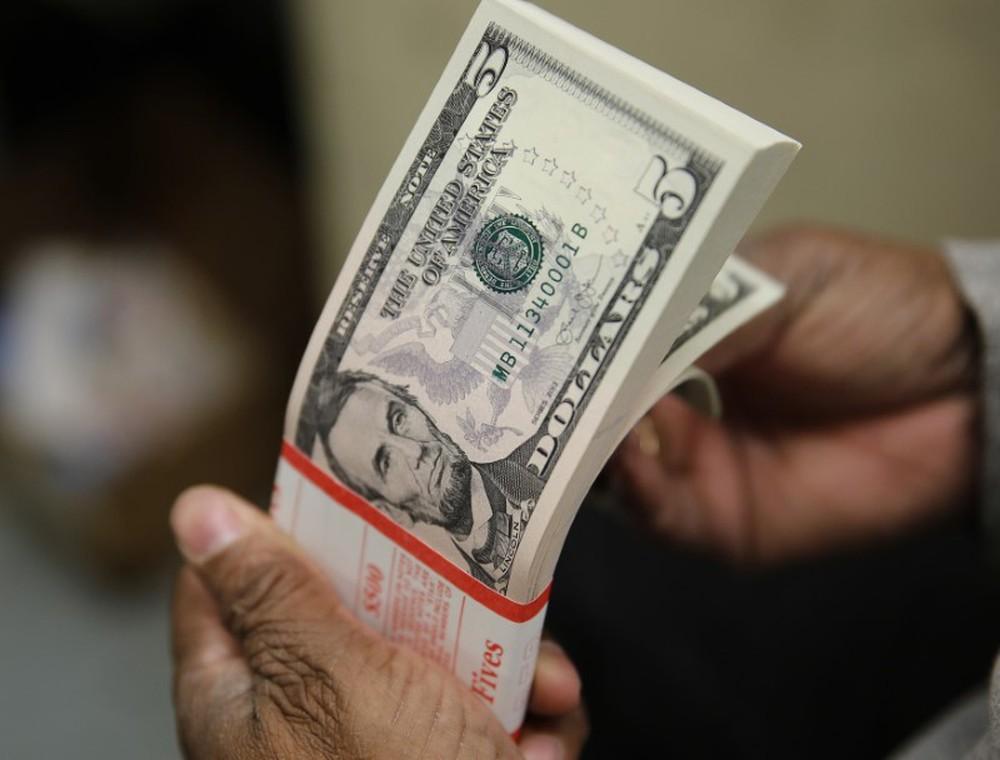 Dólar cai para R$ 3,72 e tem menor valor desde 19 de fevereiro