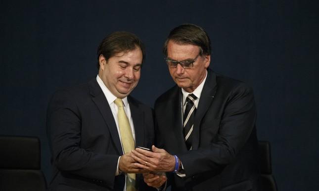 Bolsonaro e Maia se reúnem em busca de distensionamento