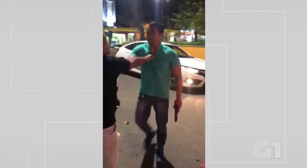VÍDEO: PM à paisana flagra assalto na BA, apreende menor, casal entra em discussão na ocorrência e reclama de agressões; associação defende ação policial