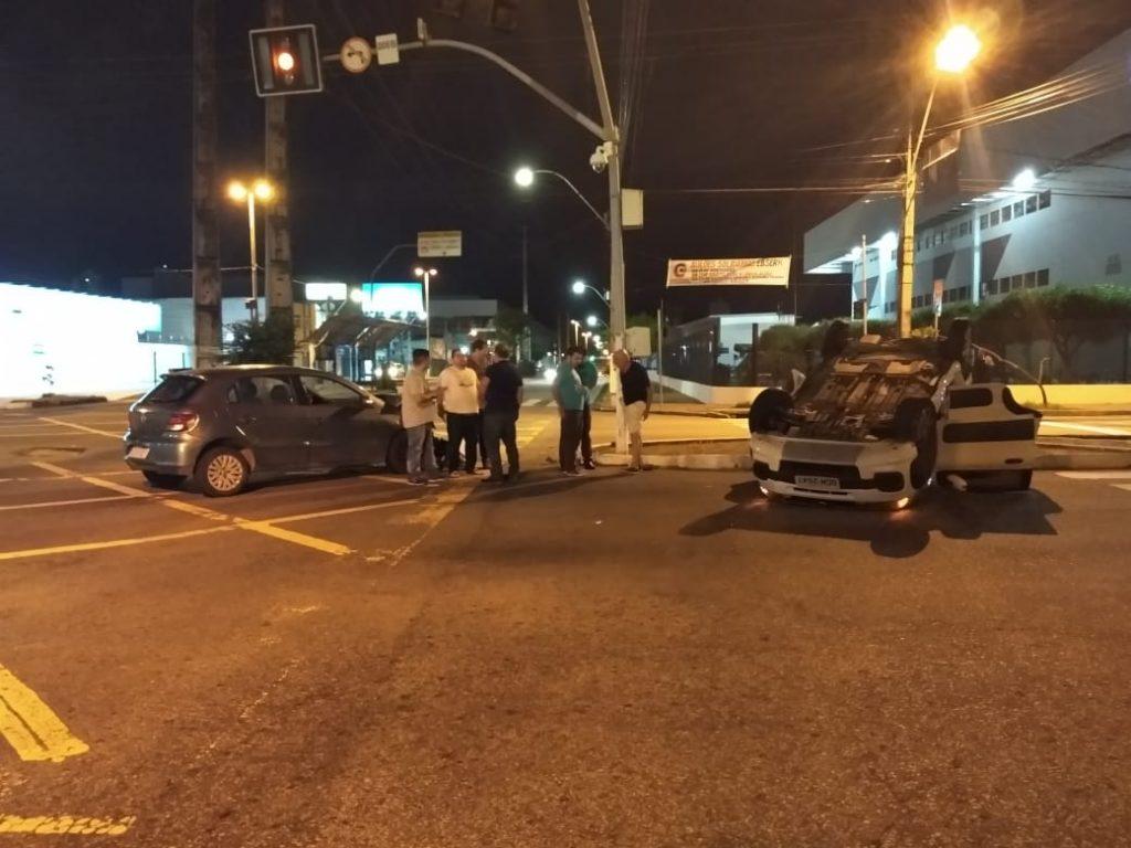 [FOTOS] Com semáforo quebrado, carros colidem e um capota no cruzamento da Prudente com a Bernardo Vieira