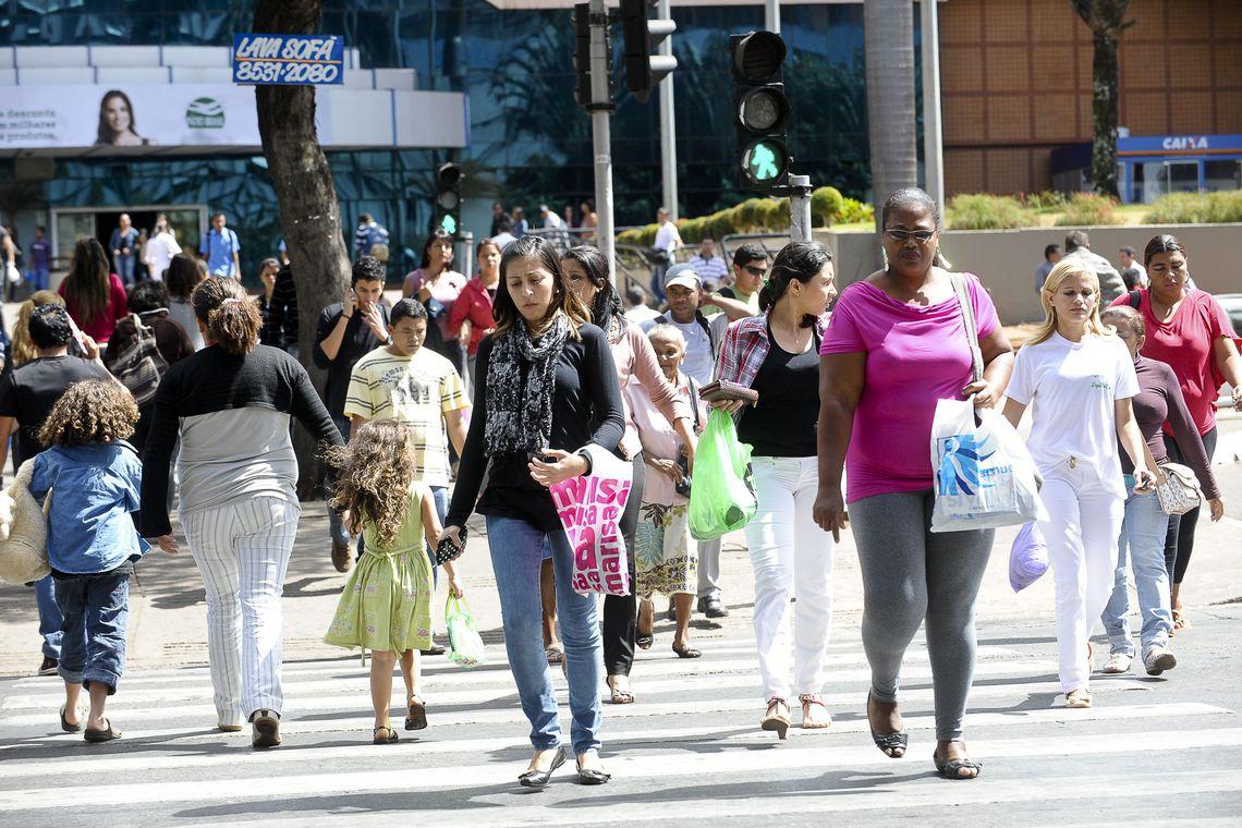 População ocupada cresce e taxa de desemprego recua para 11,8% em agosto
