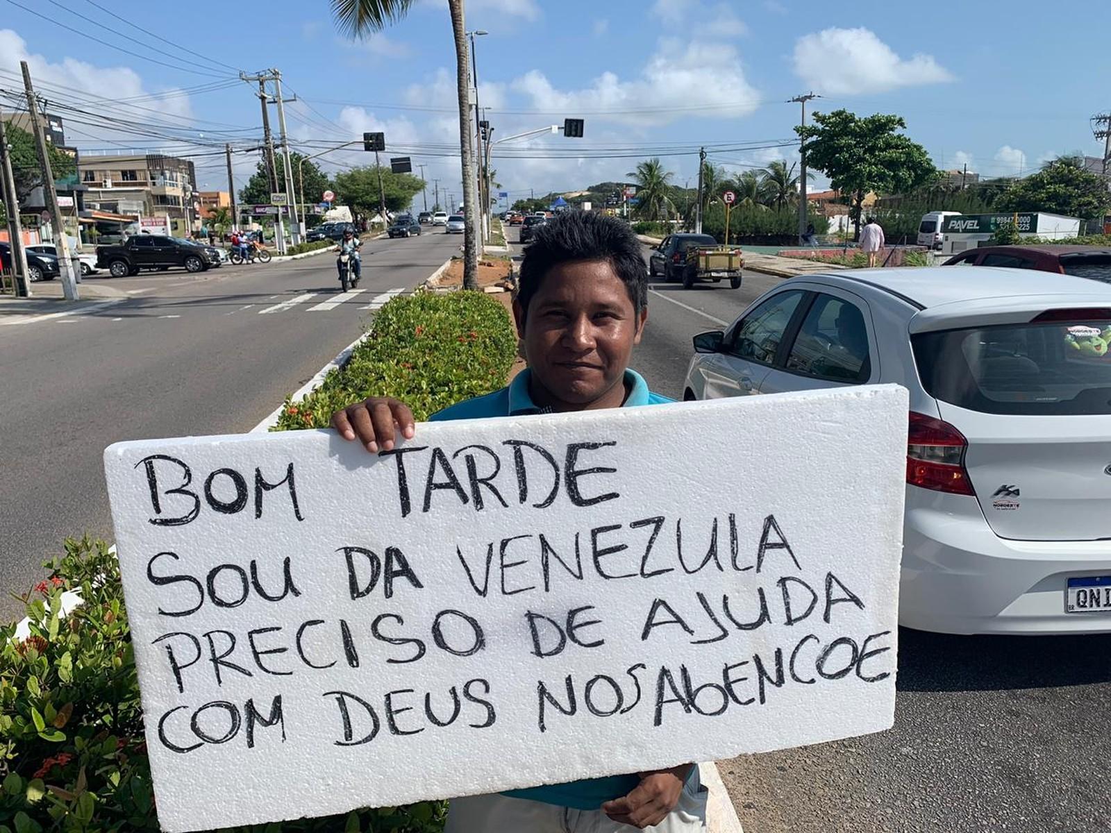 FOTOS E VÍDEO: Venezuelanos refugiados pedem dinheiro nas ruas de Natal, destaca reportagem