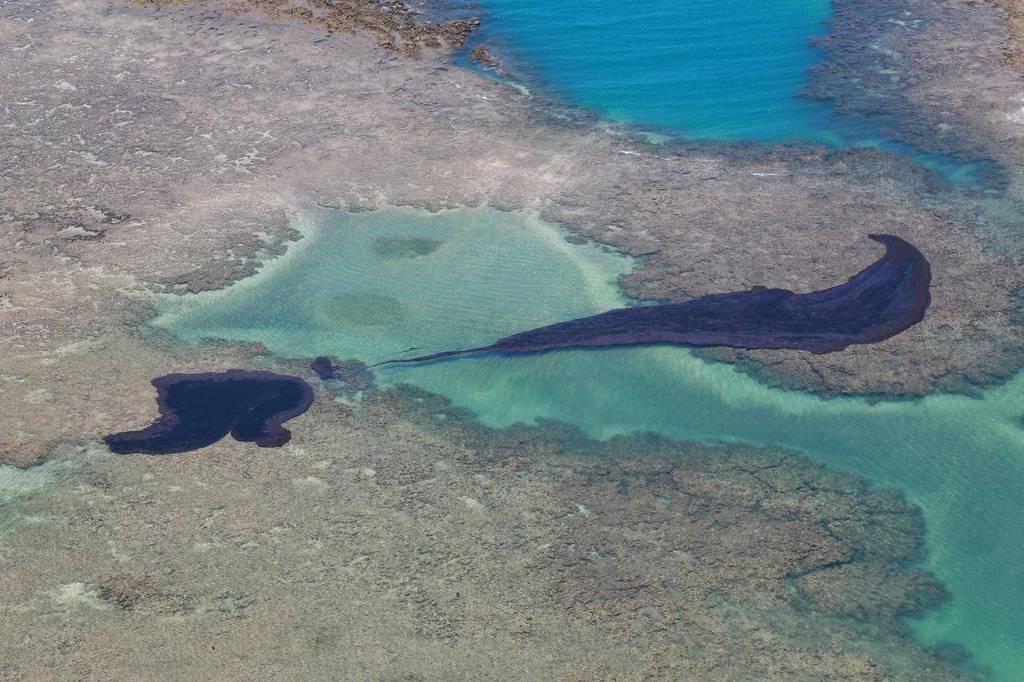 IMAGEM IMPRESSIONA: Grande mancha de óleo é retirada do mar antes de atingir praia pernambucana