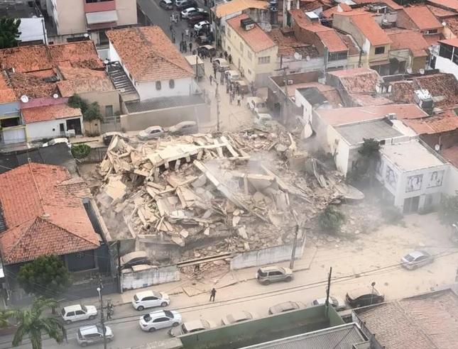 FOTOS E VÍDEO: Prédio residencial desaba em Fortaleza-CE