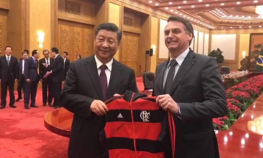 FOTO: Bolsonaro dá casaco do Flamengo a presidente chinês: 'Melhor time do Brasil na atualidade'