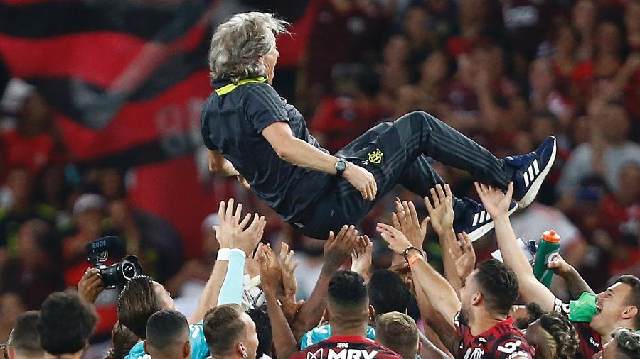 Jesus se irrita com penetras e perde até sapato em festa do título do Flamengo