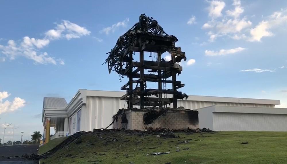 """Estátua da Havan fica totalmente destruída após """"pegar fogo"""" em São Carlos-SP"""