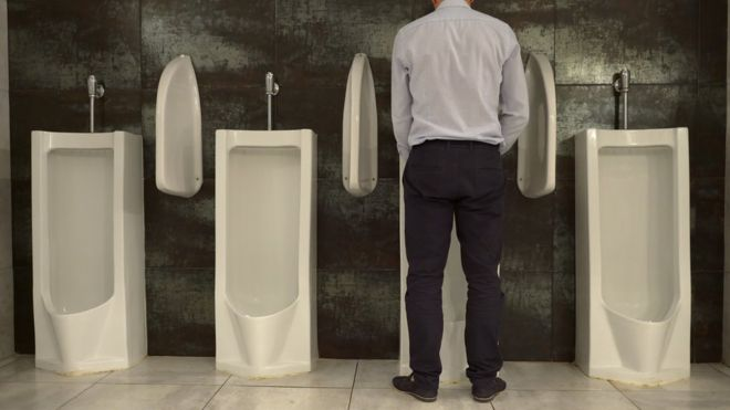 É mais saudável para os homens fazer xixi em pé ou sentados? Estudo compara casos