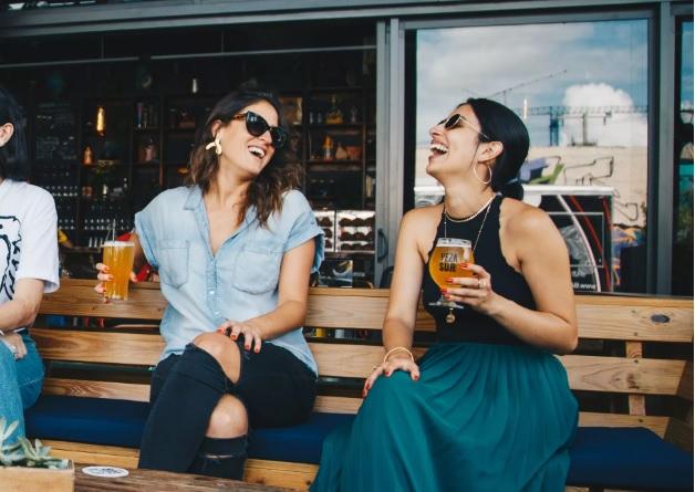 As pessoas ficam mais bonitas quando estamos bêbados? Estudo diz que sim