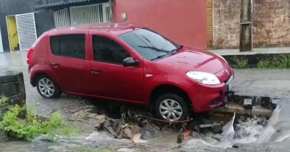 carro-1 FOTOS: Chuva das últimas 12 horas em Natal causa alagamentos, transborda lagoas, invade casas e provoca pane em semáforos; veja pontos críticos pela capital