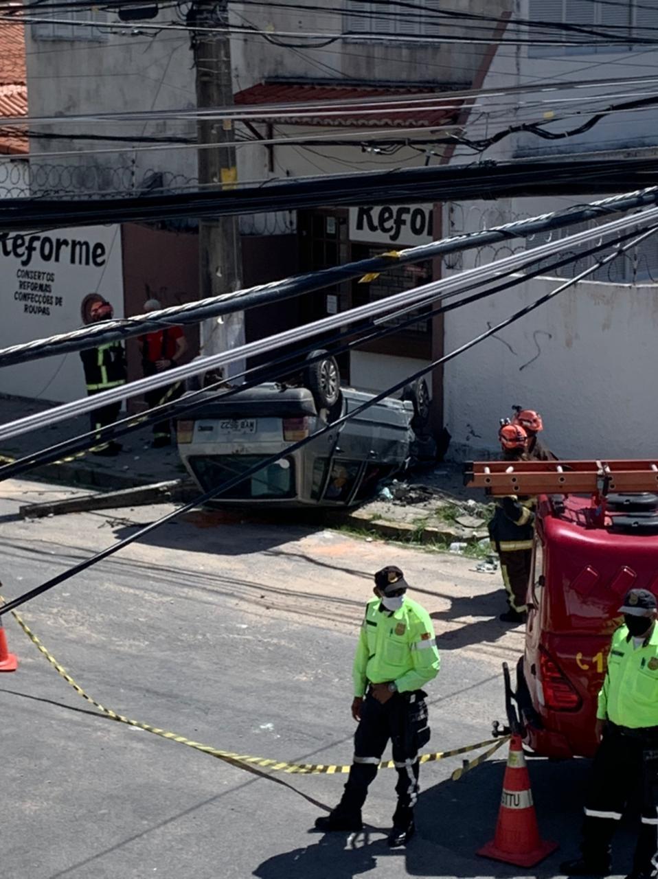 IMG-20210629-WA0010 FOTOS: Capotamento de carro é registrado na subida para o bairro Mãe Luiza, em Natal
