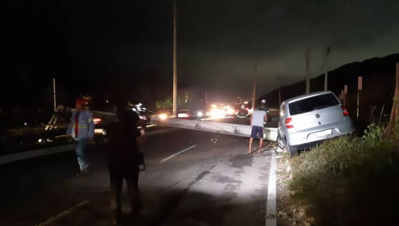carro Motorista perde controle do carro, derruba poste e deixa trecho da Via Costeira às escuras