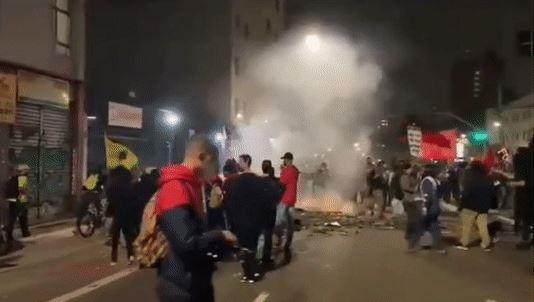 manifestantes Agências bancárias são depredadas durante protesto contra Bolsonaro em São Paulo