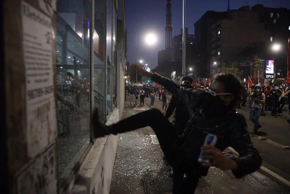 p2 FOTOS: Ato contra Bolsonaro em SP tem bombas de gás e correria após vandalismo