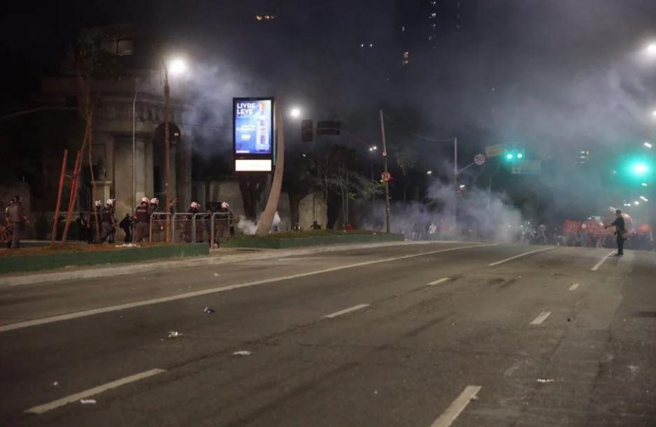 p3 FOTOS: Ato contra Bolsonaro em SP tem bombas de gás e correria após vandalismo
