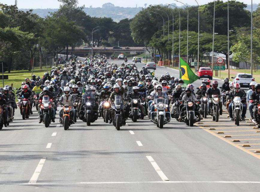 """motociata Querem no tapetão decidir as coisas no Brasil"""", diz Bolsonaro após motociata em Florianópolis"""