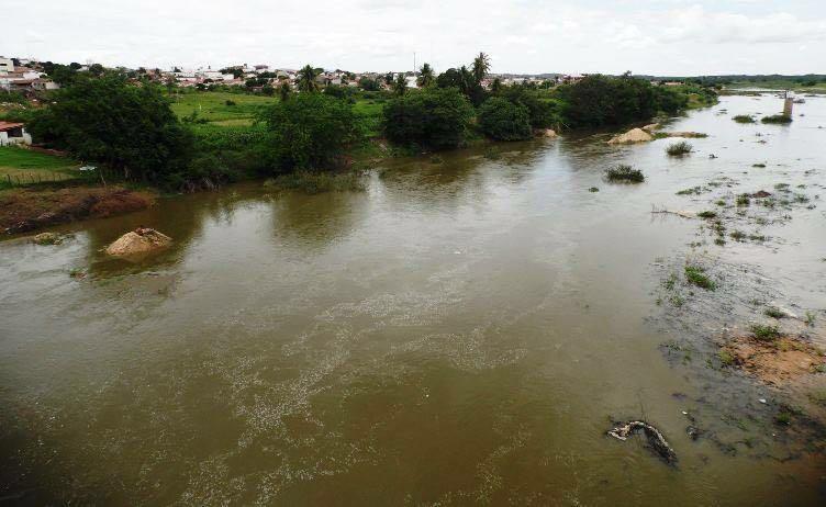Reservatório transbordando em Jucurutu