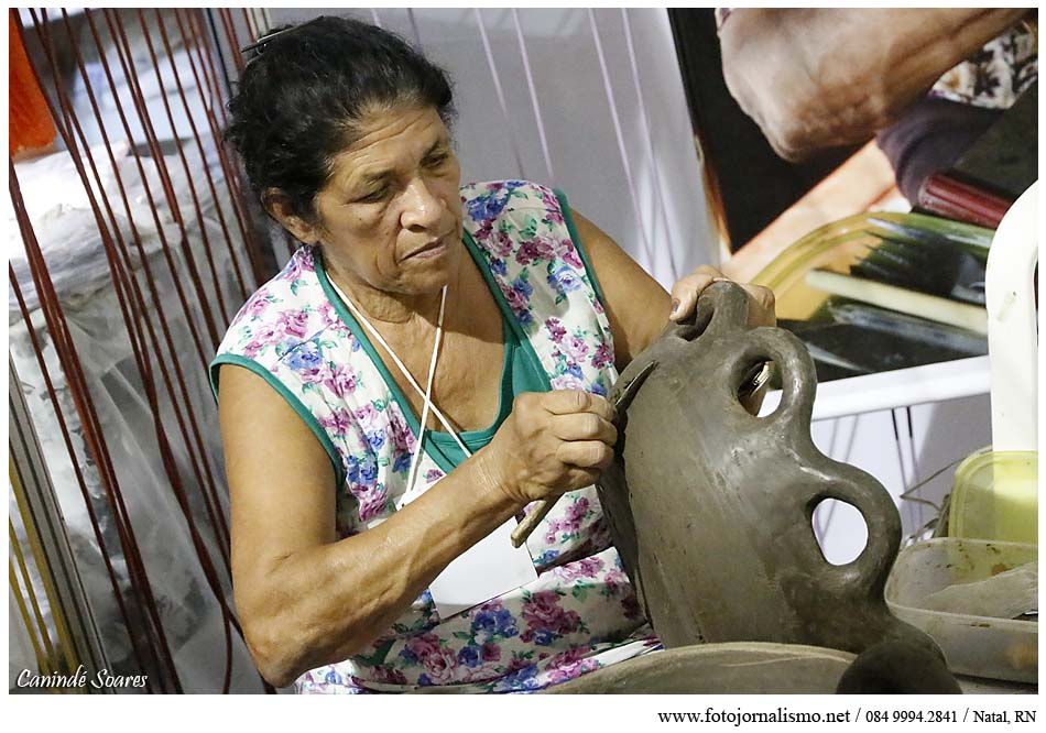 Vários artesãos produzem ao vivo suas peças durante a Fiart. Foto - Canindé Soares