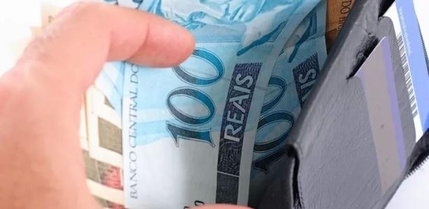 carteira-com-notas-de-real-dinheiro-foto-para-ilustrar-salario-economia-moeda-brasil-crescimento-juro-banco-aumento-renda-emprestimo-credito-imposto-mercado-preco-comercio-1382797994356_615x300
