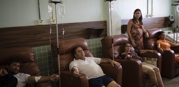 gravida-de-seis-meses-ana-paula-barbosa-oliveira-em-pe-aparece-pacientes-com-sintomas-da-zika-dengue-e-chikungunya-no-hospital-que-ela-comanda-em-monteiro-na-paraiba-1459978097870_615x300