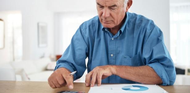 idoso-calculando-calculadora-aposentado-idoso-previdencia-economia-aposentadoria-1463670476399_615x300