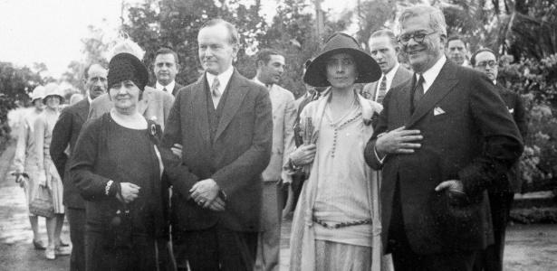o-presidente-dos-eua-calvin-coolidge-segundo-a-esquerda-e-sua-mulher-grace-coolidge-posam-para-foto-com-o-presidente-de-cuba-general-machado-y-morales-direita-e-sua-mulher-elvira-machado-na-1455809055071_615x