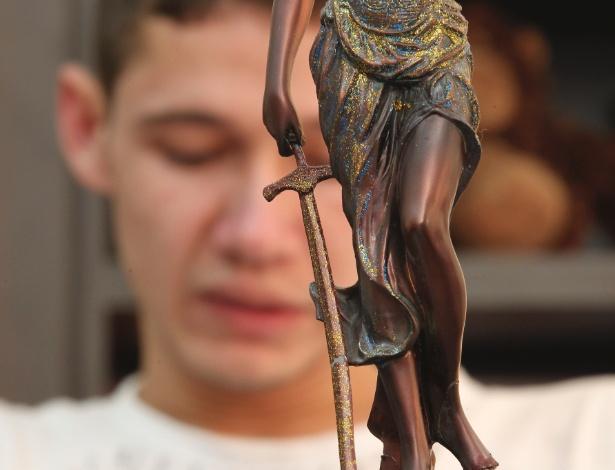 o-tapeceiro-roberto-rodrigues-de-oliveira-que-matou-o-irmao-tetraplegico-em-foto-de-2011-1446071898281_615x470