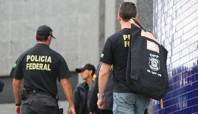"""SP - OPERA«√O LAVA JATO - GERAL - MovimentaÁ""""o na SuperintendÍncia da PolÌcia Federal no bairro da Lapa, Zona Oeste de S""""o Paulo, SP, nesta sexta-feira (14). A PolÌcia Federal (PF) deflagra a sÈtima fase da OperaÁ""""o Lava Jato, cumprindo mandados de pris""""o e busca e apreens""""o no Paran·, em S""""o Paulo, no Rio de Janeiro, em Minas Gerais, em Pernambuco e no Distrito Federal. 14/11/2014 - Foto: MARCOS BEZERRA/FUTURA PRESS/FUTURA PRESS/ESTAD√O CONTE⁄DO"""